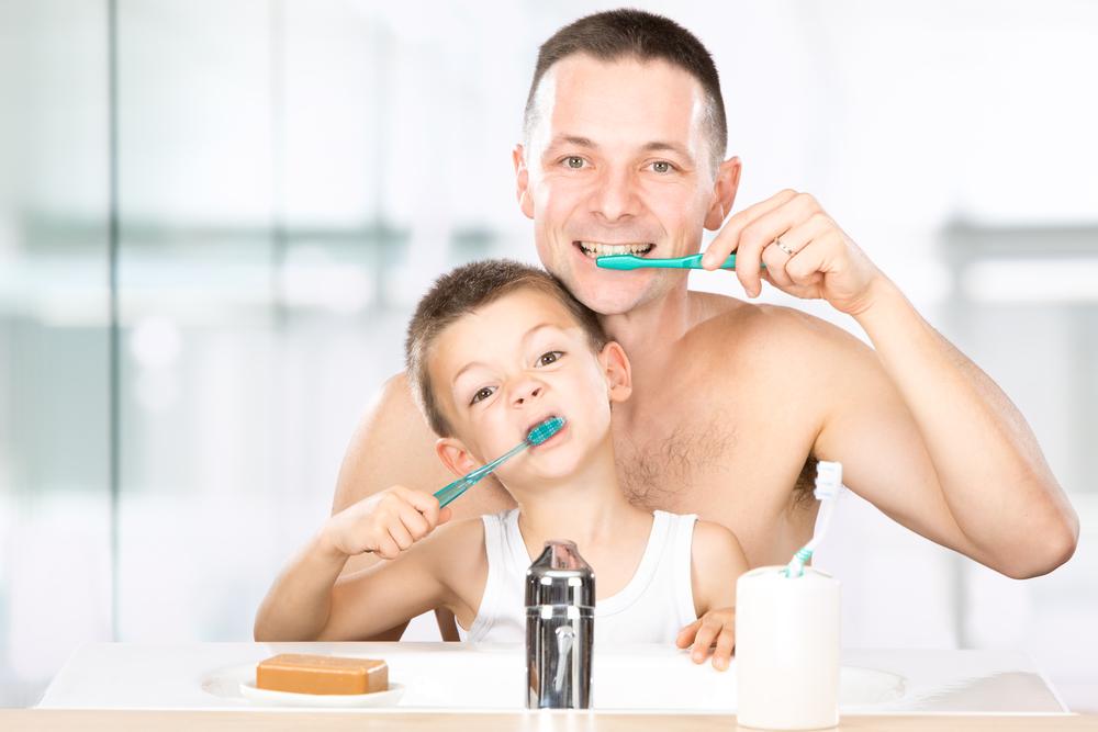 Папа и ребенок чистят зубы