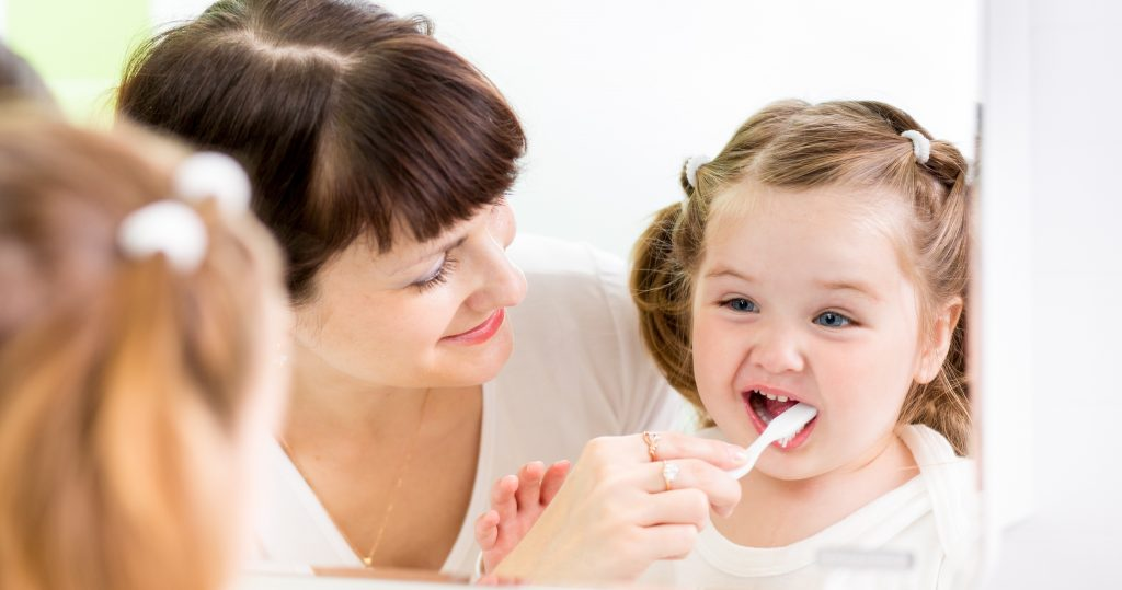 чистка зубов детям фото