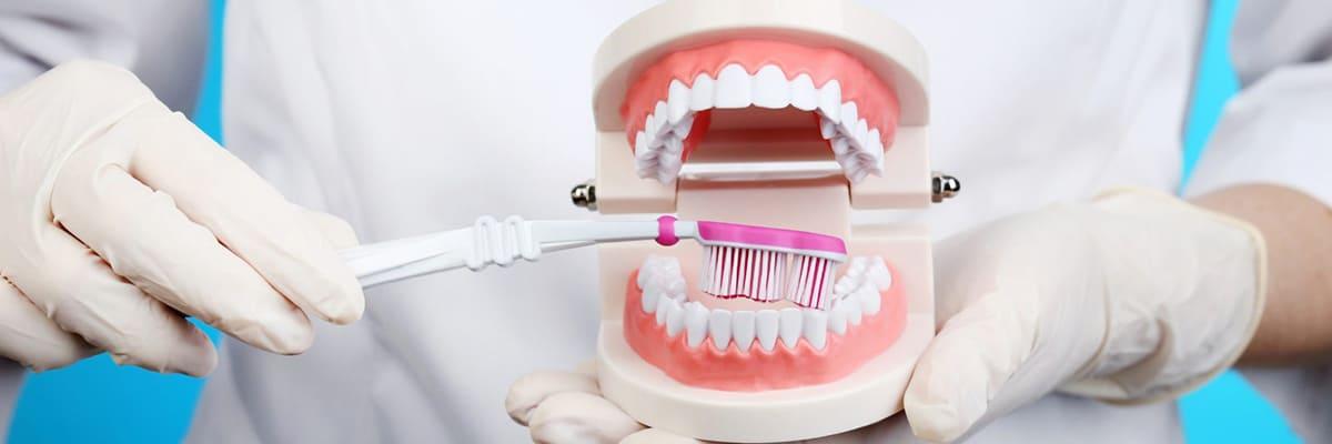 чистить зубы щеткой